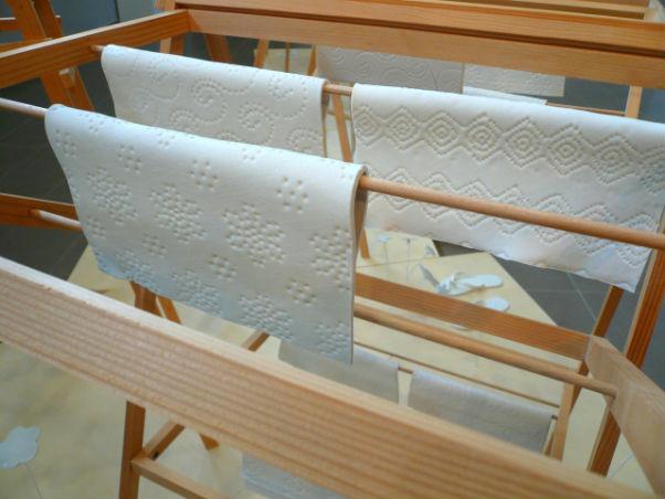 essuie tout en porcelaine étendoir en bois exposition Claire Giordano Grégory Cadet